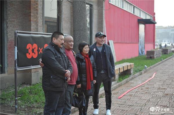 侯震与左小枫(左一)王绣(右二)武宁亚(右一)展厅前合影